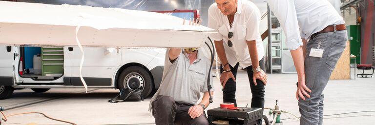 Bruno Wirz und Christian Metzger, Luftfahrt-Experten der AXA, begutachten die Reparaturarbeiten vor Ort.  (Bild: AXA/Ennio Leanza)