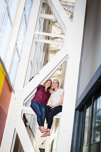 Cecile Oberholzer e Christina Meyer condividono una postazione di lavoro.